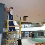высотные работы по мойке стеклянных панелей под потолком